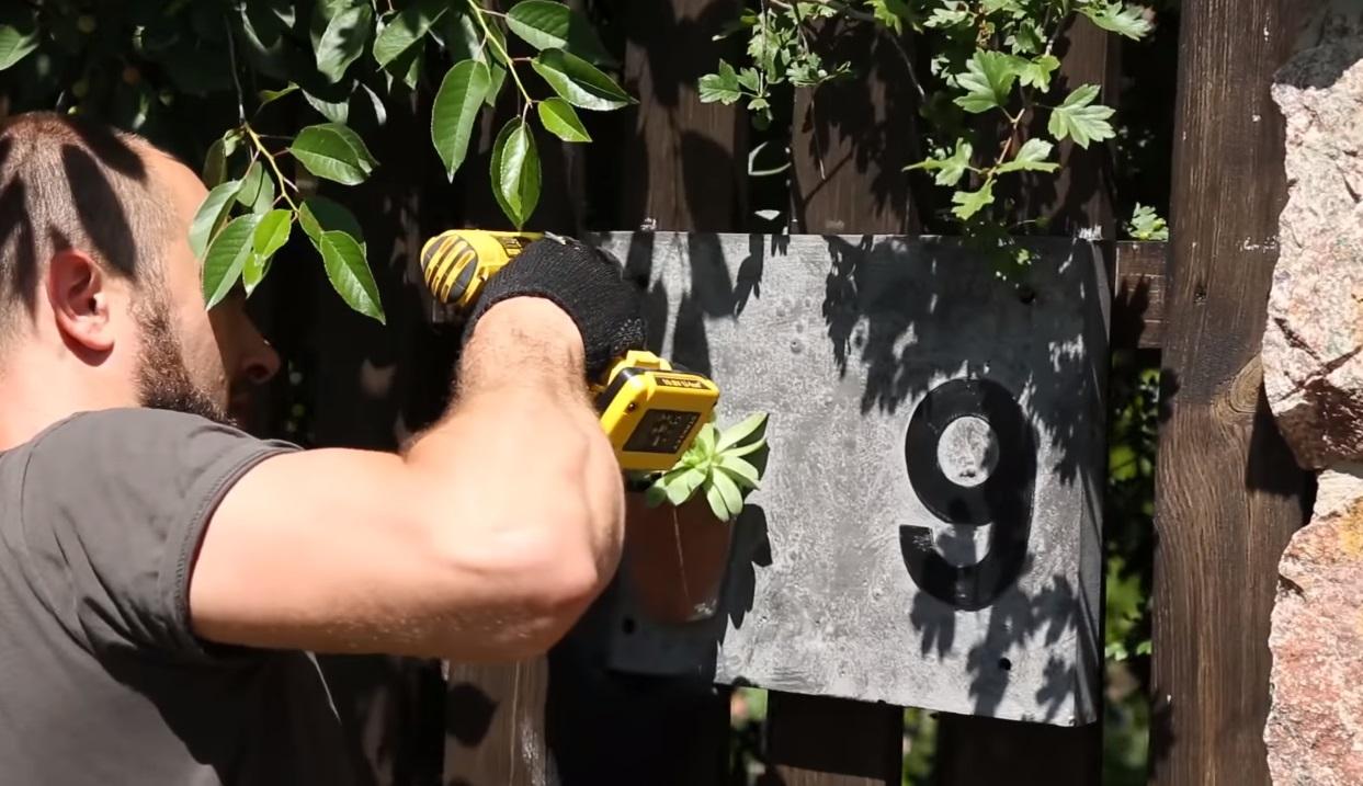 Изделия из бетона своими руками. Видео: табличка для дома